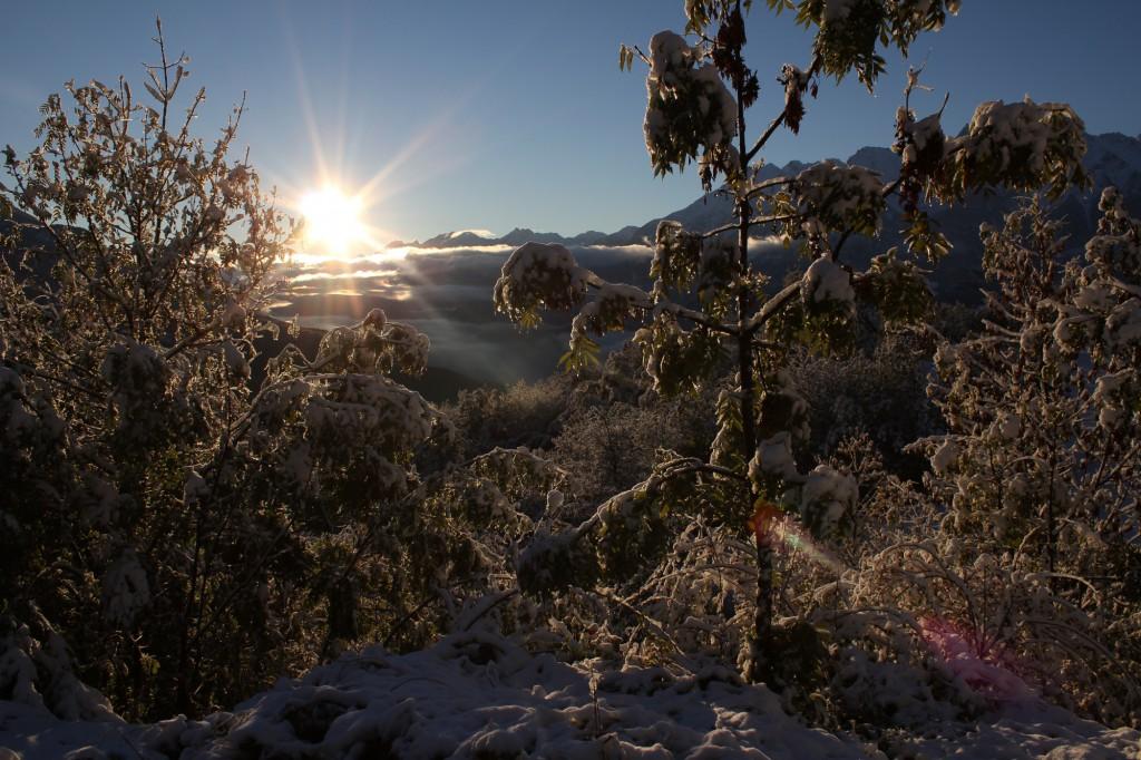 Włoskie Alpy w Dolinie Aosty o świcie.