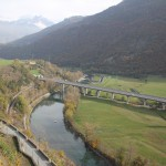Autostrada A5 w Dolinie Aosty. Widok z Zamku Gamba w Chatillon
