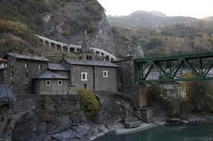Droga narodowa nr 26 oraz most po którym przejeżdza pociąg relacji Aosta - Turyn.