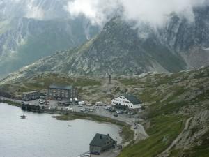 Przełęcz Wielkiego Świętego Bernardyna, która łączy Włochy ze Szwajcarją.
