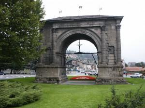 Arco di Augusto. Łuk wybudowany w 25 roku p.n.e. z okazji zwycięstwa Rzymian nad Salassami. Miejscowość Aosta.