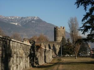 Wieża Bramafan. Jedna z wież wybudowana w okresie Imperium rzymskiego. Na zdjęciu widać również mury rzymskie. Miejscowość Aosta