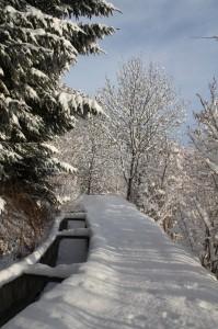 Szlak górski wzdłuż kanału Ru Neuf zimą.