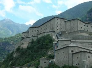 Twierdza Forte di Bard w Dolinie Aosty.