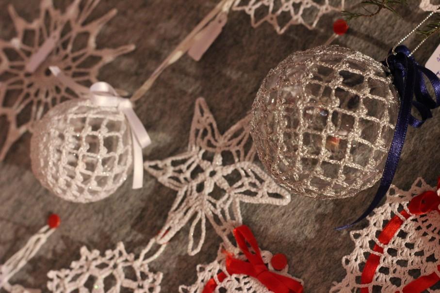 Recznie wykonane ozdoby na choinkę. Jarmark świąteczny w Etroubles.