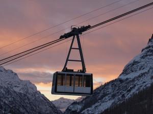 Kolejska linowa. W tle Masyw Monte Rosa.  Źródło: http://www.flickr.com/photos/monterosa-ski/