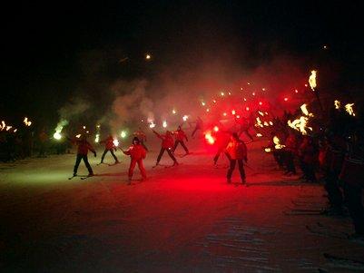 Pochód z ogniem w miejscowości Valtournenche. Źródło www.sullaneve.it