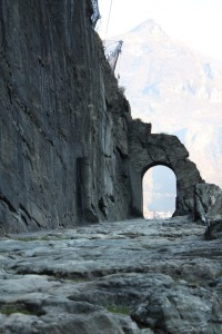 Droga rzymska Gallów w Donnas. Na zdjęciu przejście wykute przez Rzymian w skale oraz kamień milowy.