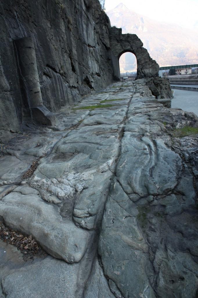Droga rzymska w Donnas. Na zdjęciu widać idealnie gładką skałę uciętą przez Rzymian podczas budowy drogi.