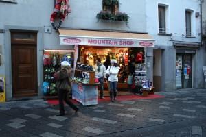Jeden ze sklepów ze sportową odzieżą i akcesoriami w centrum Aosty.