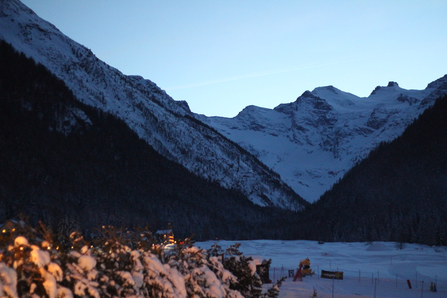 Dolina Aosty, na zdjęciu słynne Prati di Sant'Orso w Cogne, w tle alpejski masyw Gran Paradiso.