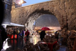 Targi rękodzieła w Aoście. Na zdjęciu Porta Praetoria w centrum Aosty.
