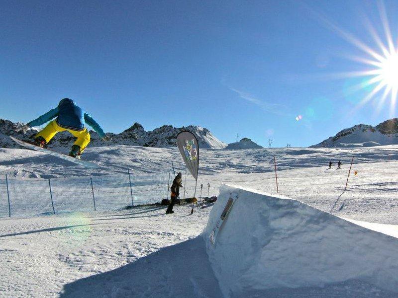 Snowpark w alpejskim ośrodku narciarskim Monterosa SKI w Champorcher
