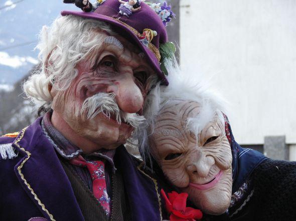 Toc i Tocca, sympatyczna para staruszków, kłócąca się przez cały czas. On podrywa inne, ona go bije kijem po głowie. Włoskie symbole :-). Źródło www.lovevda.it