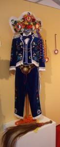 Tradycyjny strój karnawałowy Couma Freida wystawiany na Tragrach rękodzieła Fiera di Sant-Orso.