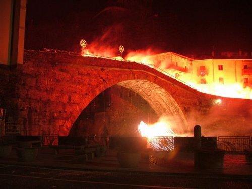 Karnawał w Pont-Saint-Martin. Rzymski most w płomieniach.
