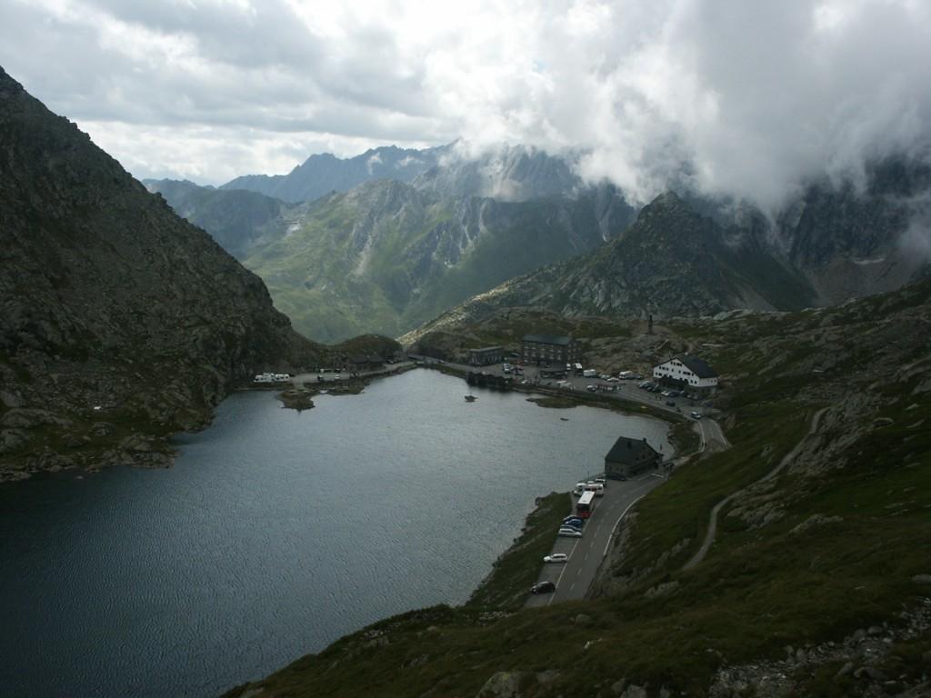Przełęcz Wielkiego Świętego Bernarda, która łączy Włochy i Szwajcarię. Otwarta dla ruchu drogowego od początku czerwca do połowy października.