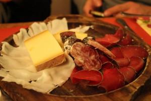 Decha tradycyjnych wędlin i serów  z Doliny Aosty.