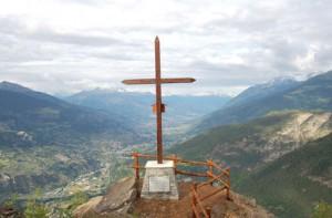 Drewniany krzyż - Croux de Bouque - postawiony na cześć Jana Pawła II.