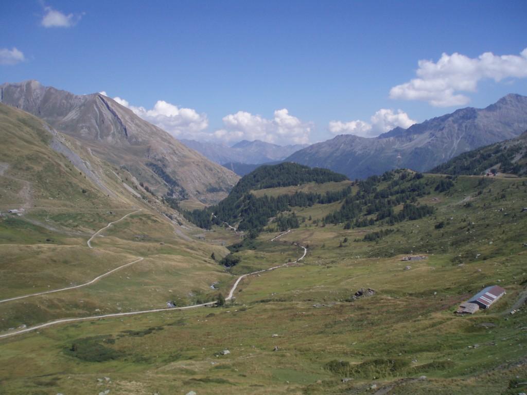 Widok na dolinę z Małej Przełęczy Świętego Bernarda