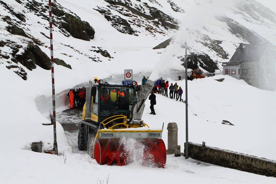 odśnieżanie drogi, która prowadzi na Przełęcz Wielkiego Świętego Bernarda. Źródło  Aostasera.it