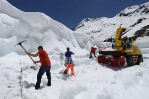 Odśnieżanie drogi po stronie szwajcarskiej, która prowadzi na Wielką Przełęcz Świętego Bernarda. Źródło: nouvellist.ch
