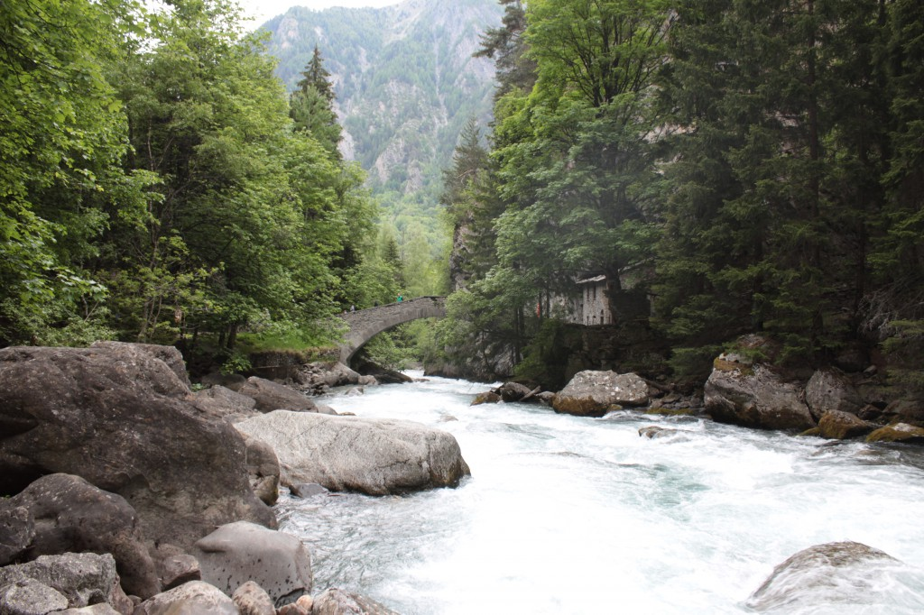 Most na rzece Dora di La Thuile, miejsce gdzie rozpoczyna się szlak prowadzący na taras widokowy
