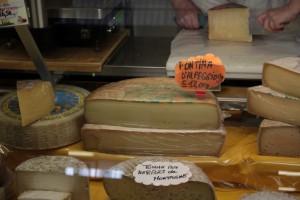 Ser Fontina produkowany na pastwiskach alpejskich w Dolinie Aosty