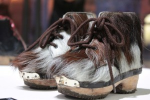 Letnie targi rzemiosła Foire d'Etè w Aoście. na zdjęciu nietypowe buty.