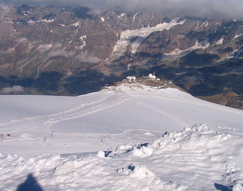 Lodowiec Plateau Rosa, w tle schronisko Guide del Cervino. Źródło Wikipedia.it