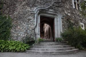 Średniowieczny zamek w Introd, na zdjęciu główne wejście