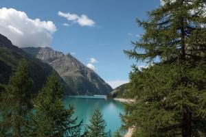 Sztuczne jezioro Prarayer o pięknym turkusowym kolorze, powstałe w wyniku budowy zapory wodnej na Place Moulin w Gminie Bionaz.
