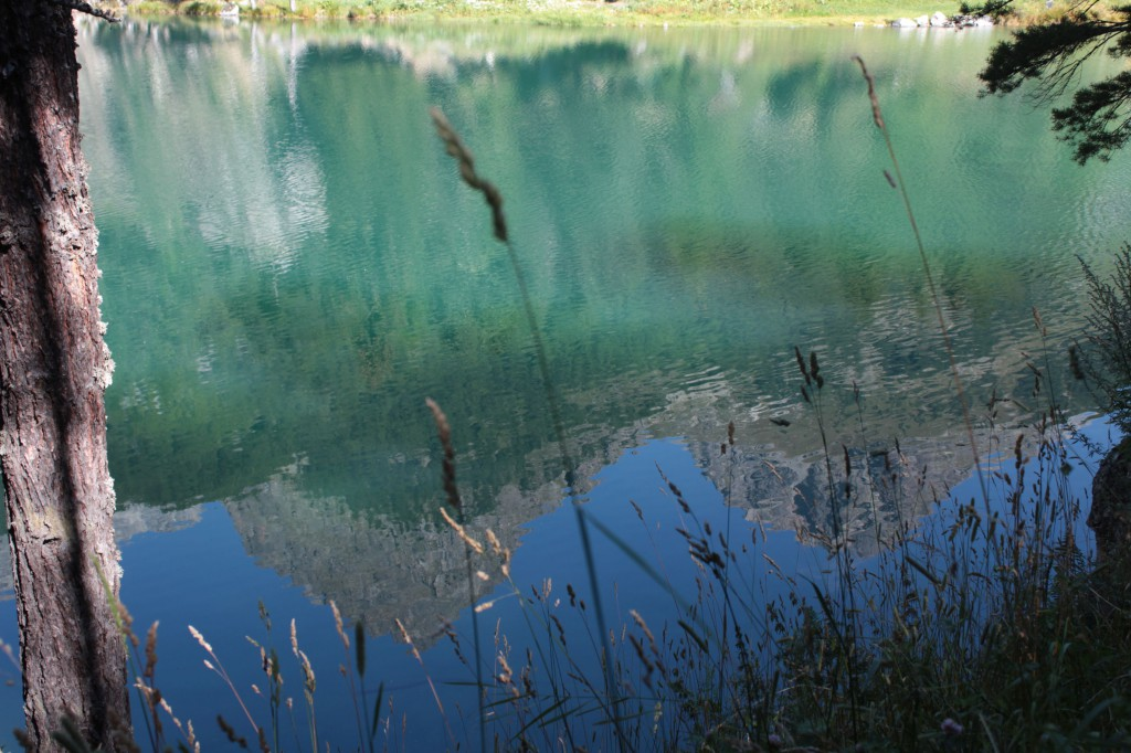 Krystalicznie czysta woda jak lustro odbija alpejskie szczyty