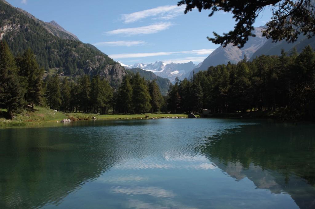 Jezioro z widokiem na alpejskie szczyty