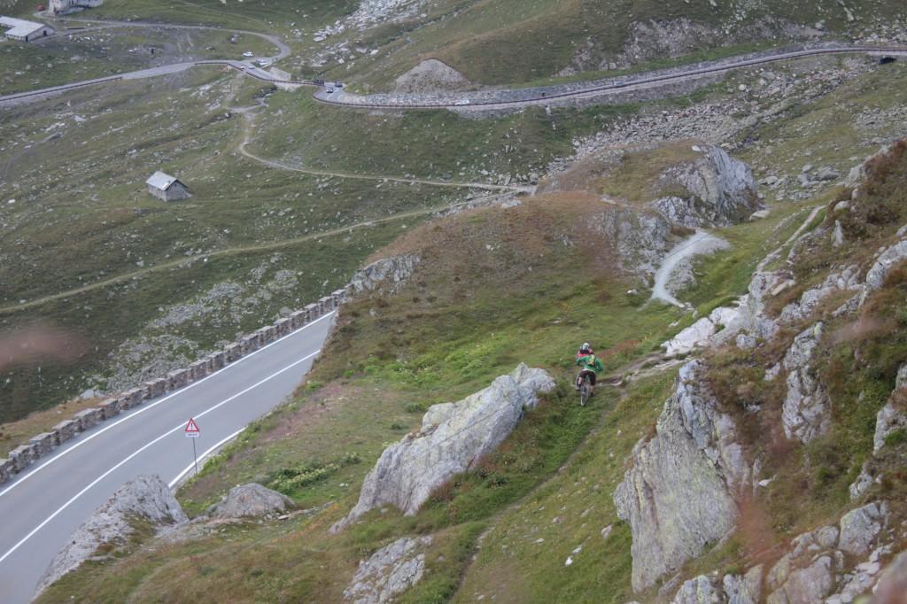 Droga prowadząca na przełęcz. Trasę można pokonać również na MTB.
