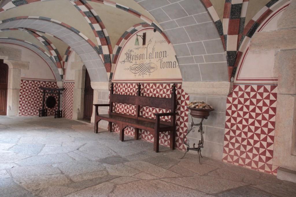 Średniowieczny zamek w Introd, na zdjęciu dziedziniec zamku
