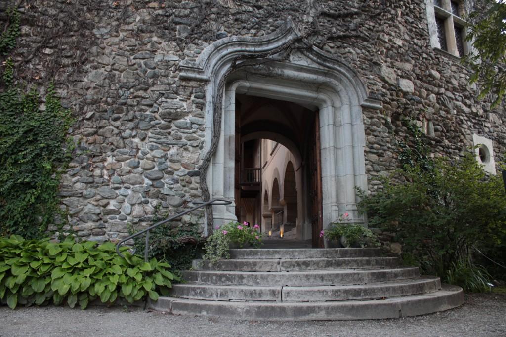 Średniowieczny zamek w Introd, na zdjęciu jedno z głównych wejść