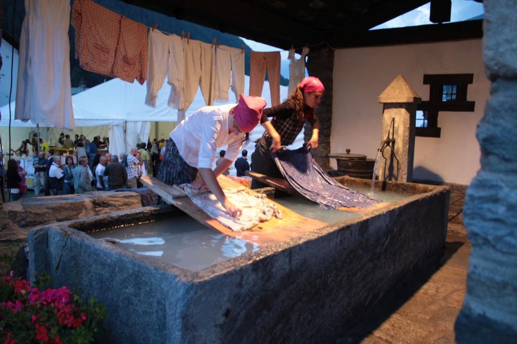 Fontanna w miejscowości Etroubles zamieniła się w pralnię podczas festunu dawnych zawodów (sierpień 2014)