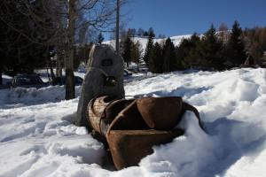 Drewniana fontanna zimą