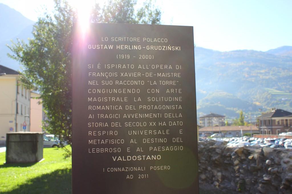 Tablica upamiętniająca Gustawa Herlinga-Grudzińskiego w Aoście umiejscowiona obok Wieży Trędowatego