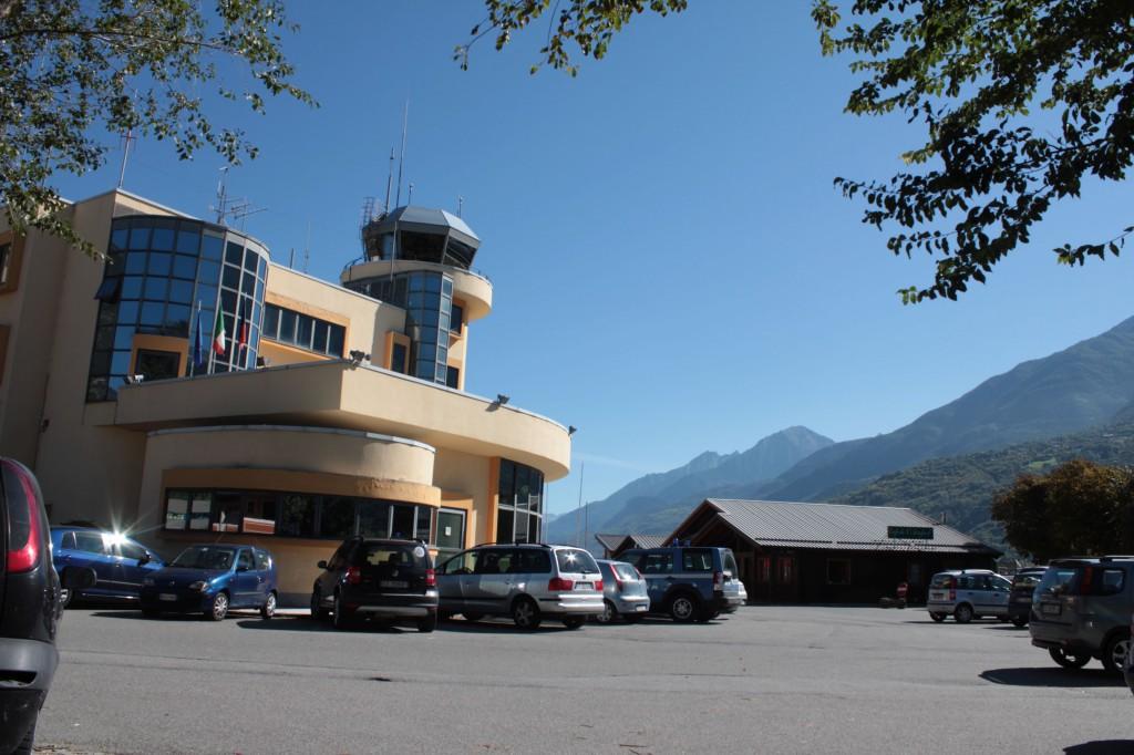 Wieża kontrolna lotniska w Aoście.