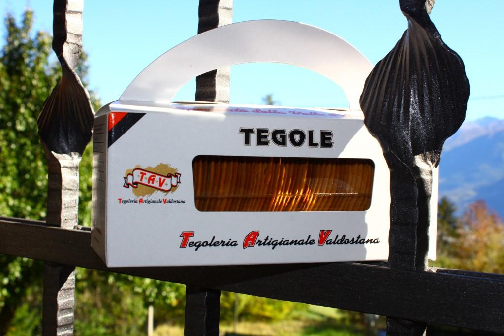 Tegole: orzechowo - migdałowe ciastka z Doliny Aosty, idealne jako dodatek do deseru Crema di Cogne.