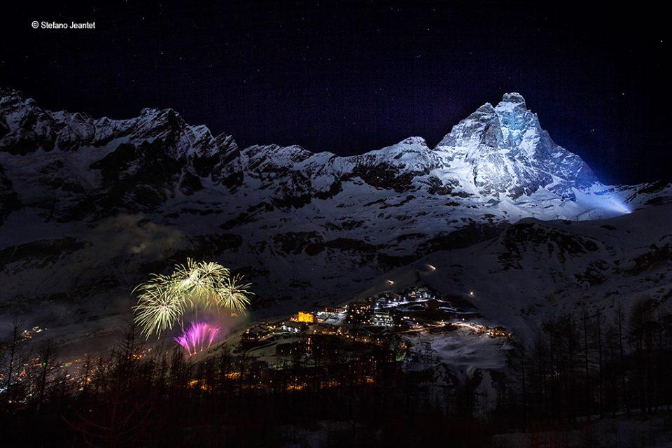Oświetlone reflektorami Matterhorn. Autor zdjęcia Stefano Jeantet