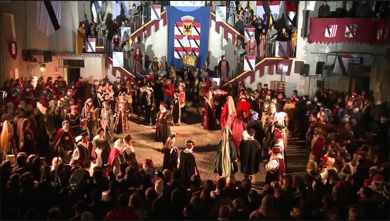 Sobotni wieczór na głównym placu w Verrès, moment przedstawienia Cateriny di Challant i Pierra d'Introd.