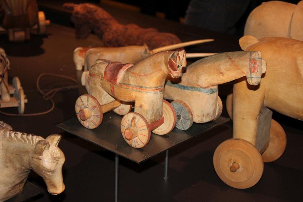 Tradycyjna zabawka z Doliny Aosty Tata: koń na kółkach