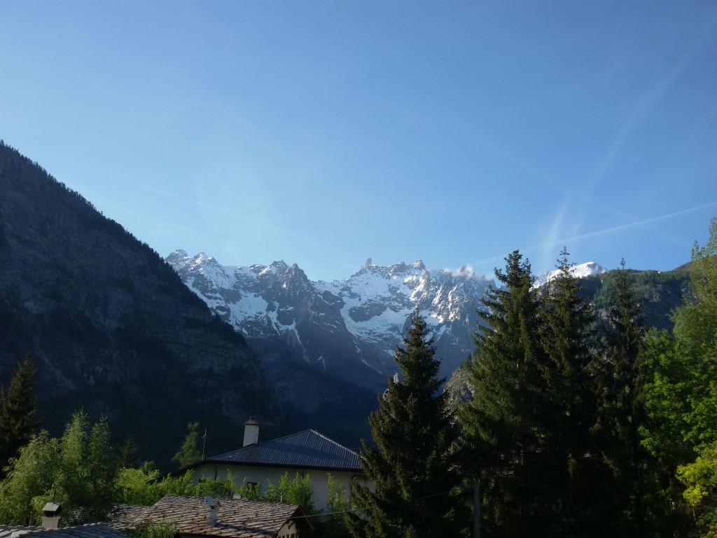 Masyw Mont Blanc widziany od włoskiej trony z Courmayeur