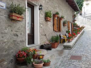 Miejscowość Etroubles pomiędzy kwiatami i dziełami sztuki.