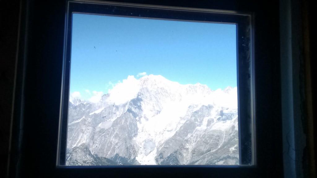 Widok na Mont Blnc z okna biwaku.