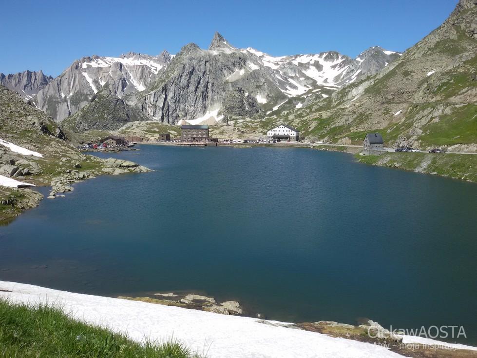 Jezioro na Wielkiej Przełęczy Świętego Bernarda, widok od strony szwajcarskiej.