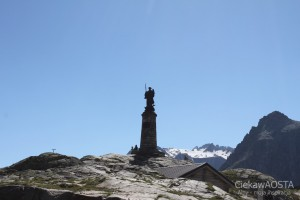 Pomnik Świętego Bernardna na Wielkiej Przełęczy Świętego Bernarda, najwyższy punkt Via Francigena.